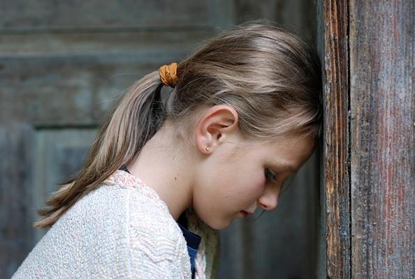 девочка уперлась лбом в стену