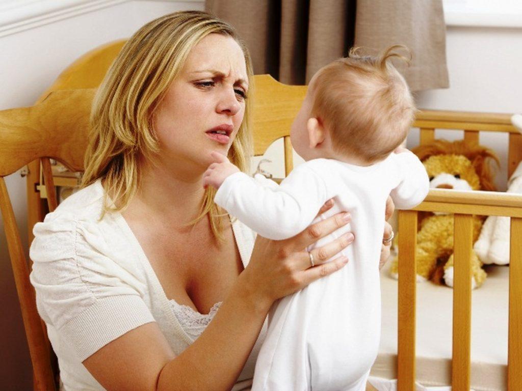 женщина держит в руках ребенка