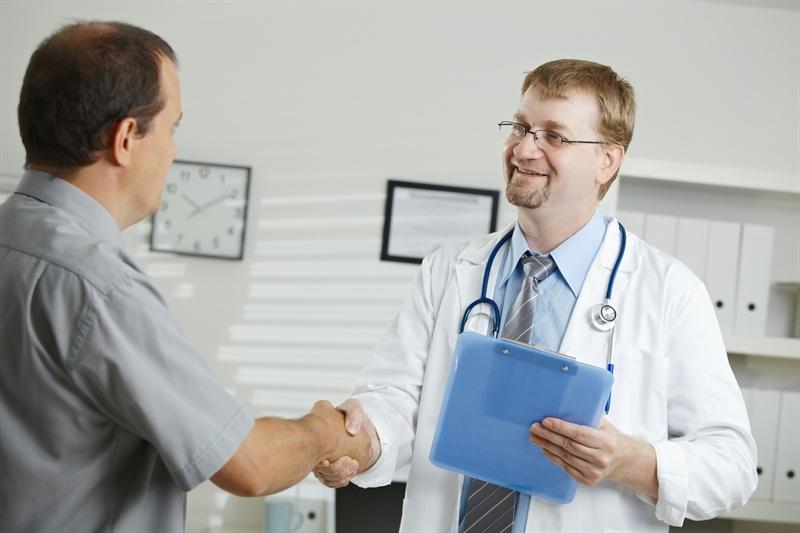 Пациент жмет руку доктору
