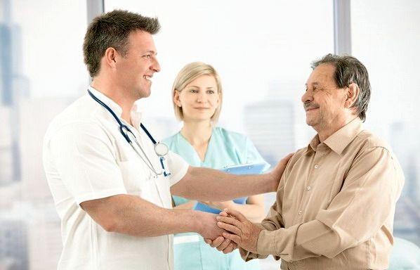 пациент пожимает доктору руку