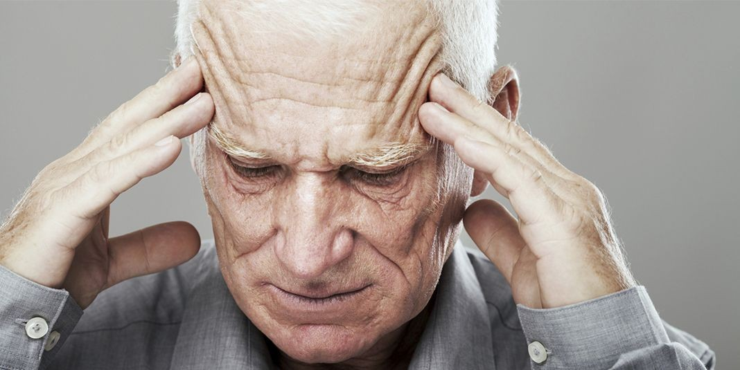 пожилой человек взялся за голову