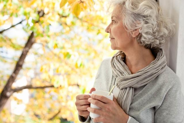 пожилая женщина пьет сай