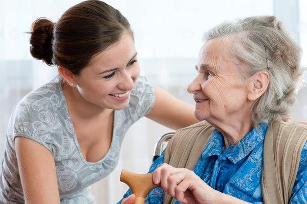 молодая девушка заботится об бабушке
