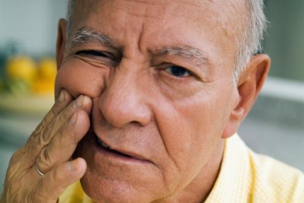 у пожилого человека немеет голова причины