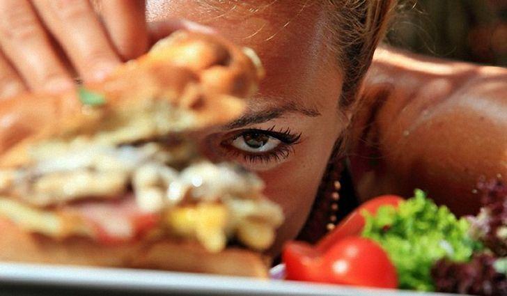 девушка и бутерброд