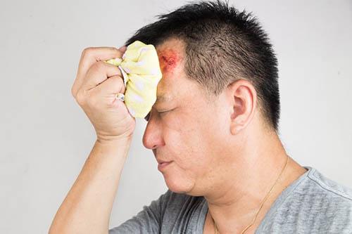 мужчина приложил лед к голове