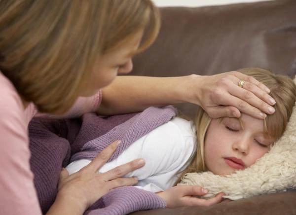 мама меряет температуру у дочки