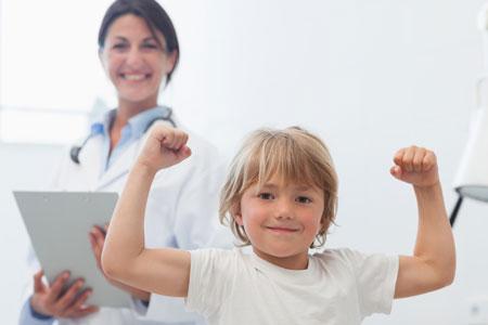 ребенок показывает врачу на сколько он сильный