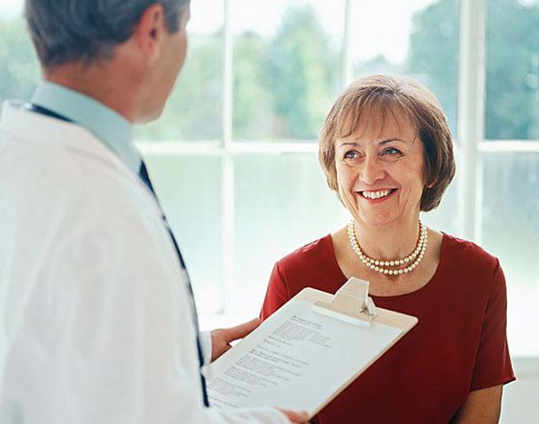 пожилая женщина на приеме у врача