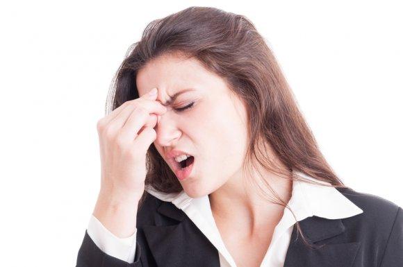 у девушки болят глаза и голова