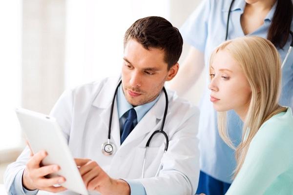 врач показывает женщине записи