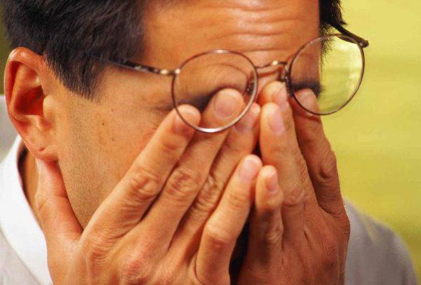 Отчего болят глаза и голова – причины, диагностика