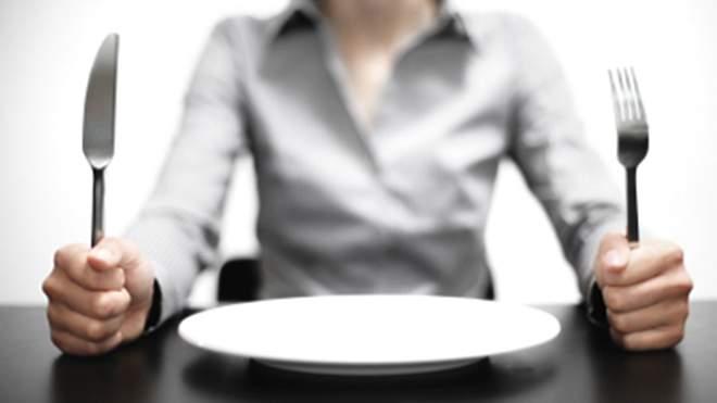 пустая тарелка и вилка с ножом
