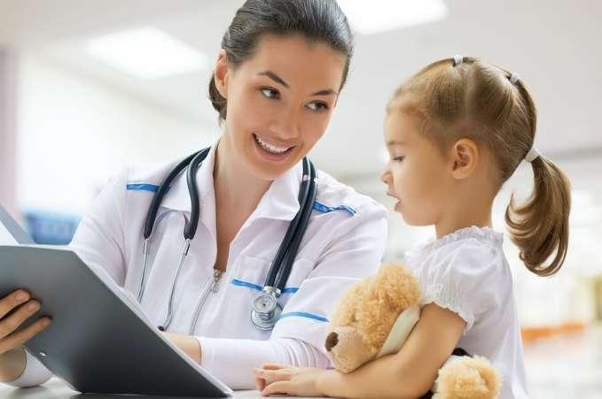 педиатр разговаривает с ребенком
