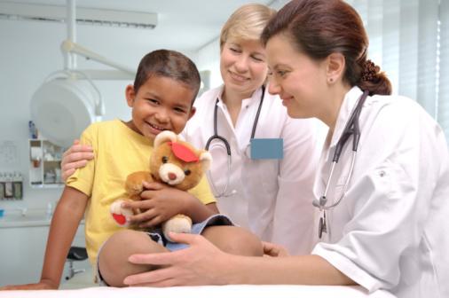 педиатр осматривает ребенка