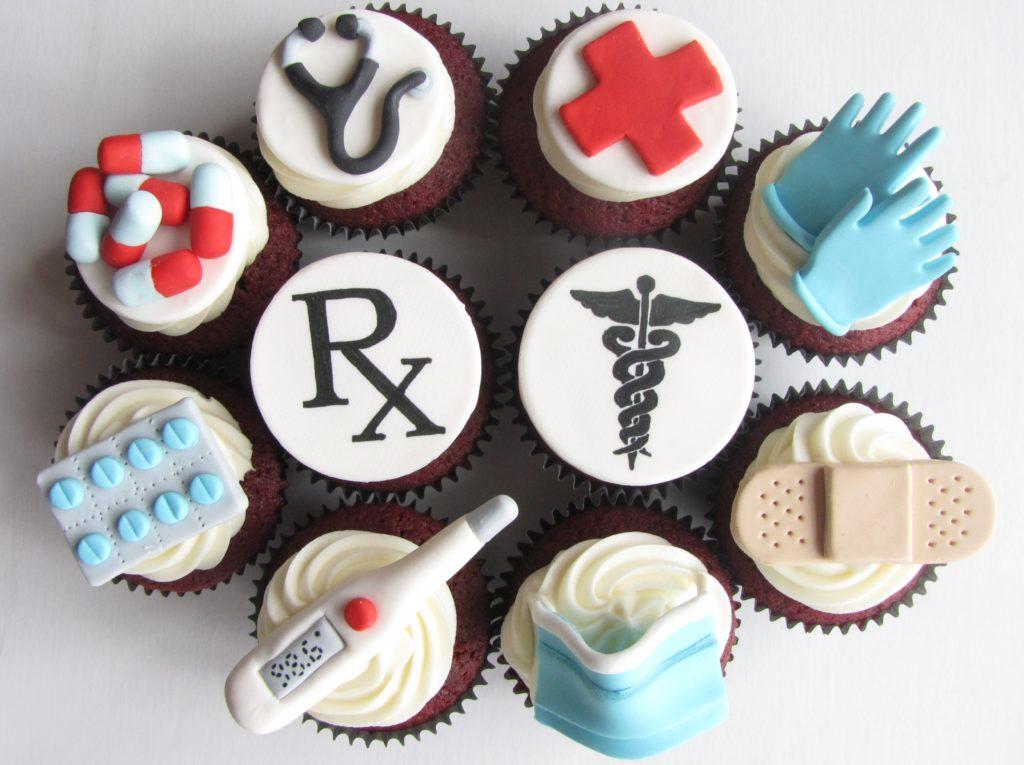 торт с медицинскими предметами