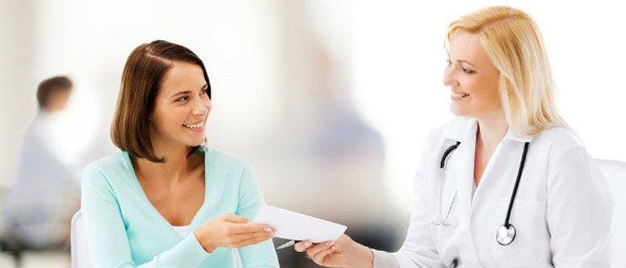 врач дает пациенту рецепт