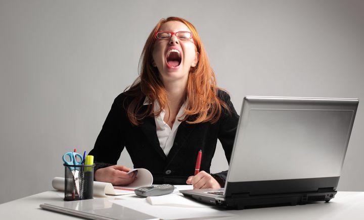 девушка кричит сидя за столом