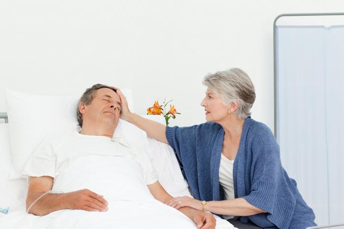 женщина ухаживает за больным