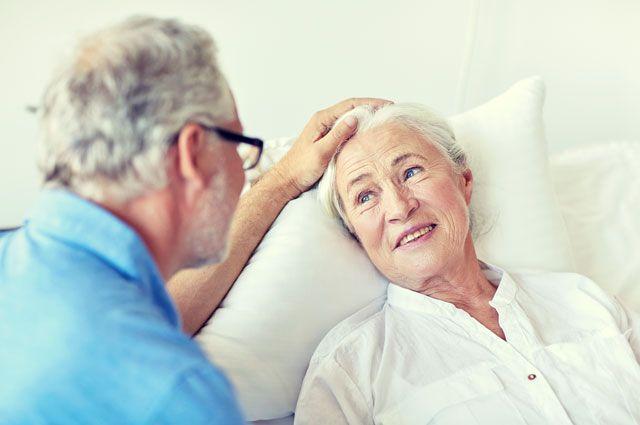 пожилая женщина в кровате