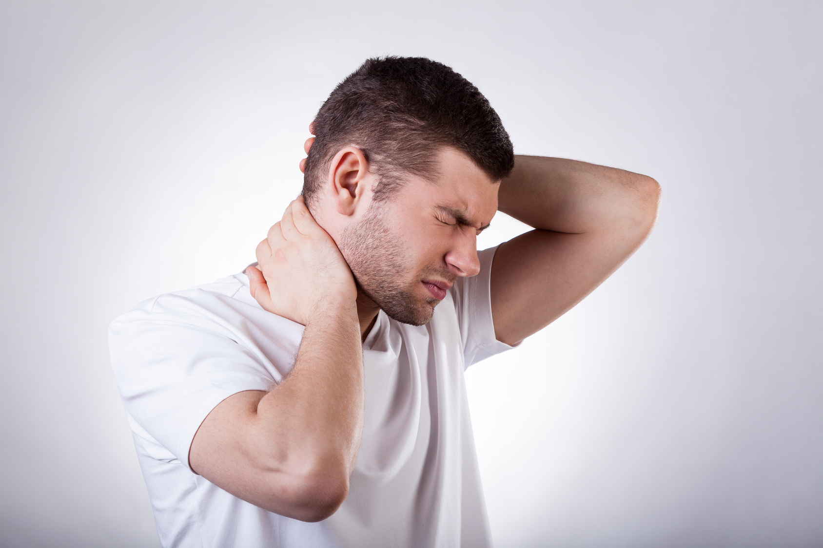 Сильно болит шея и отдает в голову