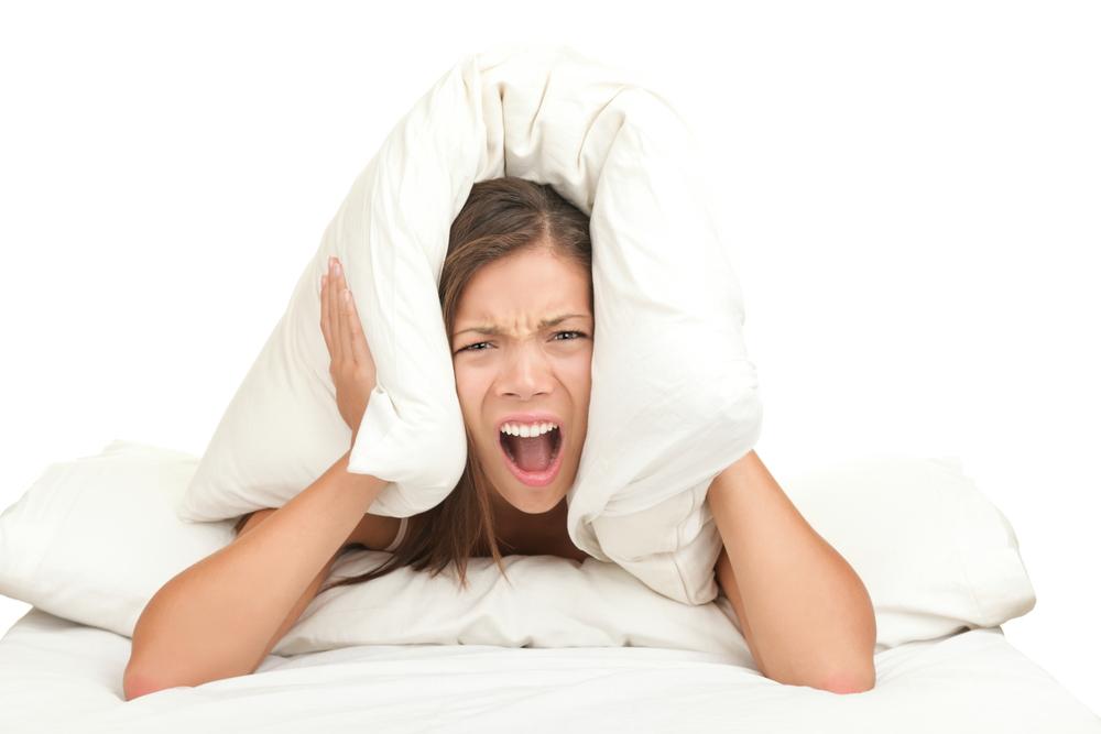 подушка на голове кричащей девушки