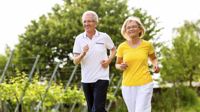 пожилые люди на пробежке