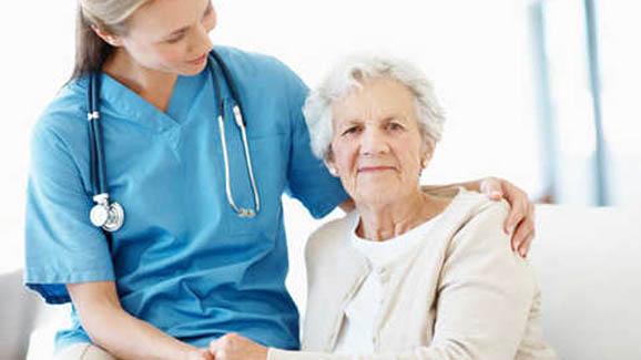 пожилая женщина с врачем