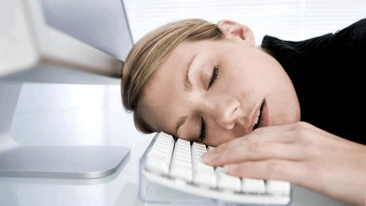 девушка спит на клавиатуре