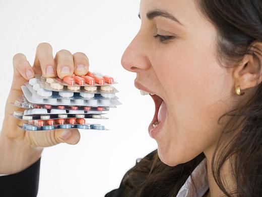 девушка ест таблетки