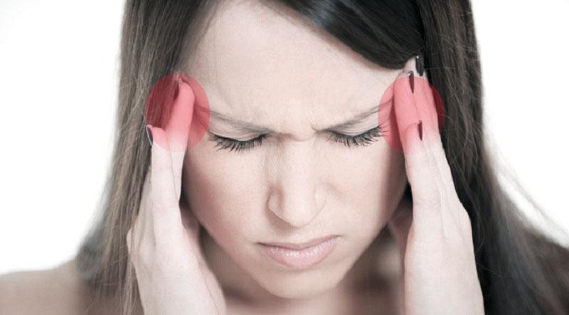 у девушки головная боль в висках и тошнота