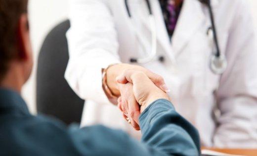 пациент пожимает руку врачу