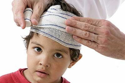 ребенку перевязывают голову