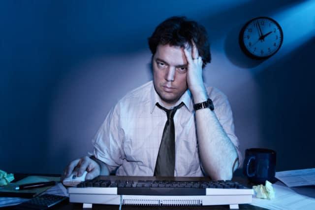 мужчина за компьютером на работе