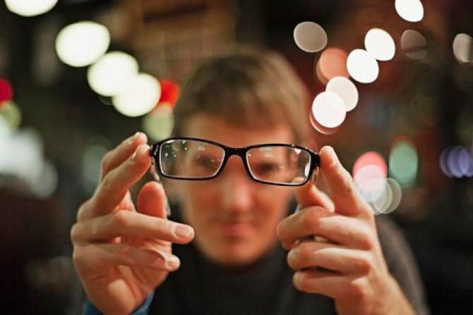 снижением остроты зрения