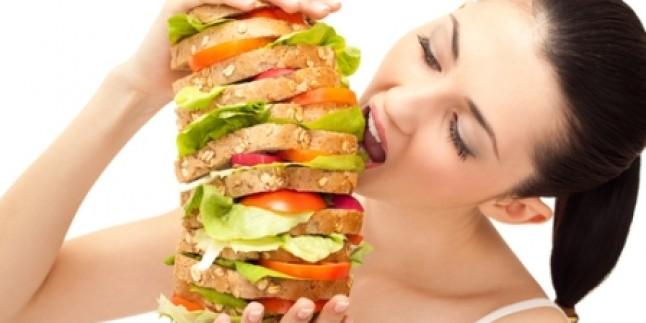 девушка ест сенвичь