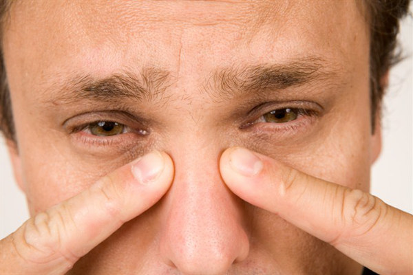 боль в области переносицы у мужчины