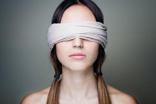 девушка в повязке на глазах
