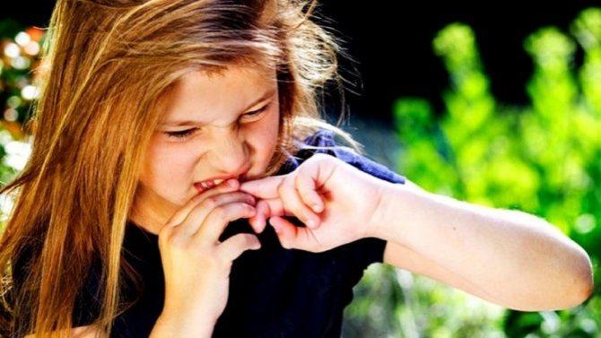 Девочка грызет ногти, синдром навязчивых, ребенок