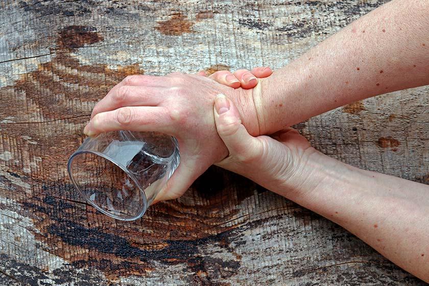 Способы борьбы с алкогольным тремором рук: причины возникновения, описание симптомов